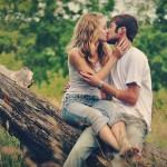 キスする男女の写真