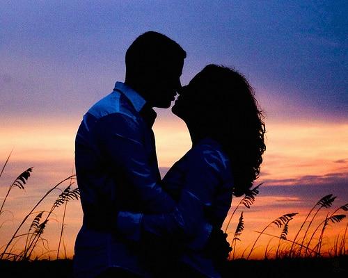 熱いキスを交わすカップル