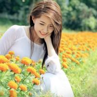beautiful_girls_in_flower_field-wide