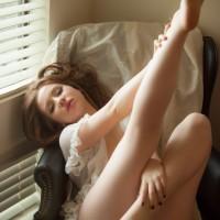 寝転ぶ女性