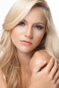 金髪女性の顔