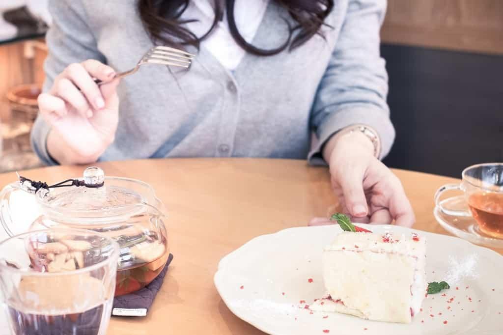 女性とカフェデート