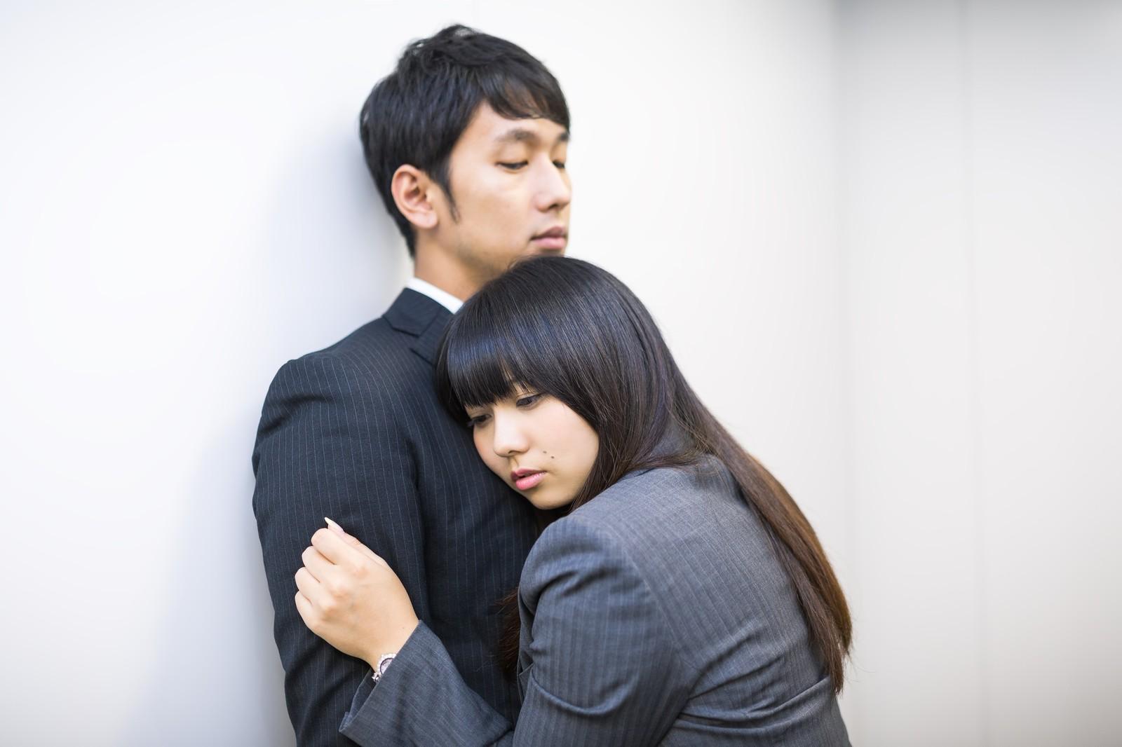 抱きつかれる男性