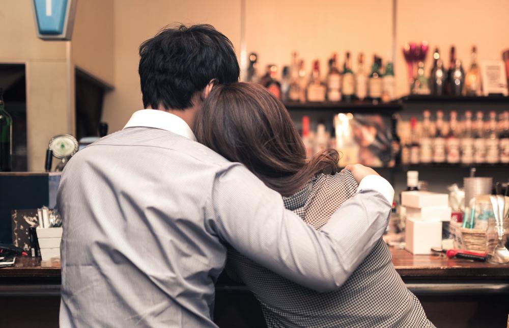 肩を抱く男性