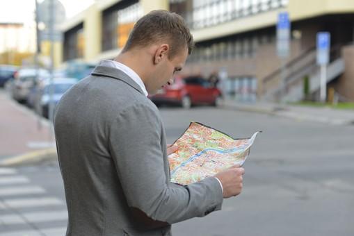 街を歩く男性
