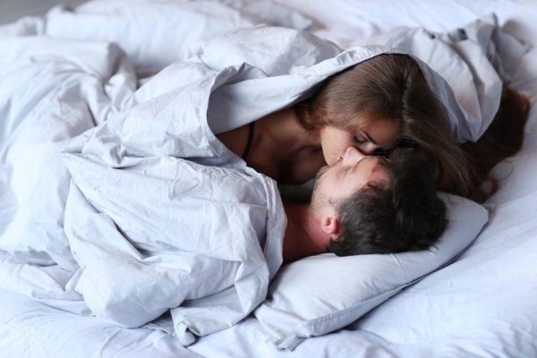 ベッドの中の男女