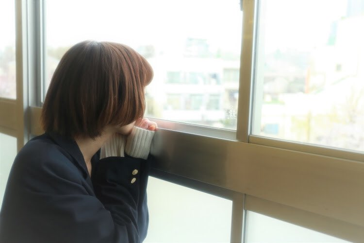 校舎の窓から見送る