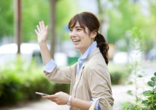 手をふる女性