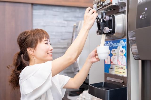 ソフトクリームを出す女性