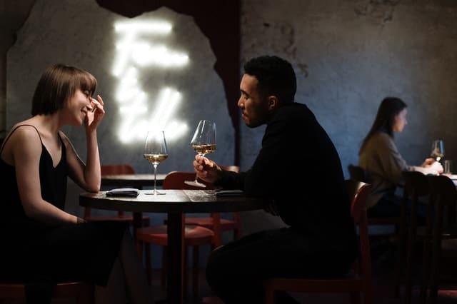 バーでデートを楽しむ男女