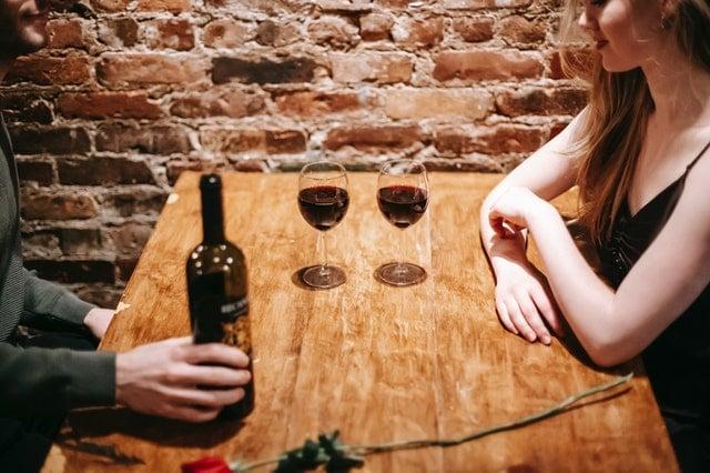 居酒屋デートを楽しむ男女