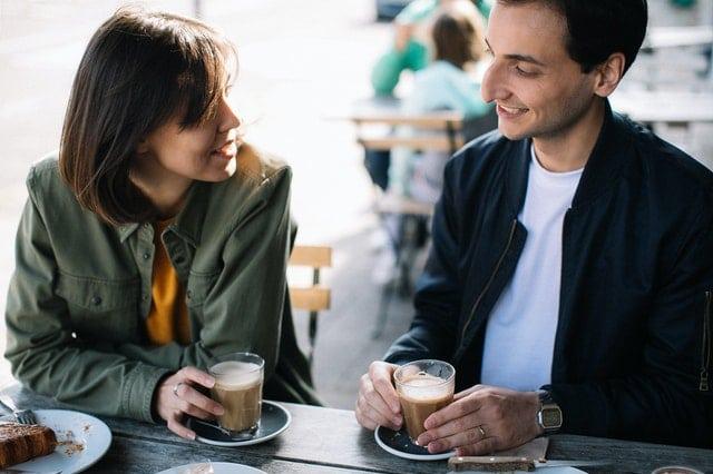 カフェデートを楽しむ男女