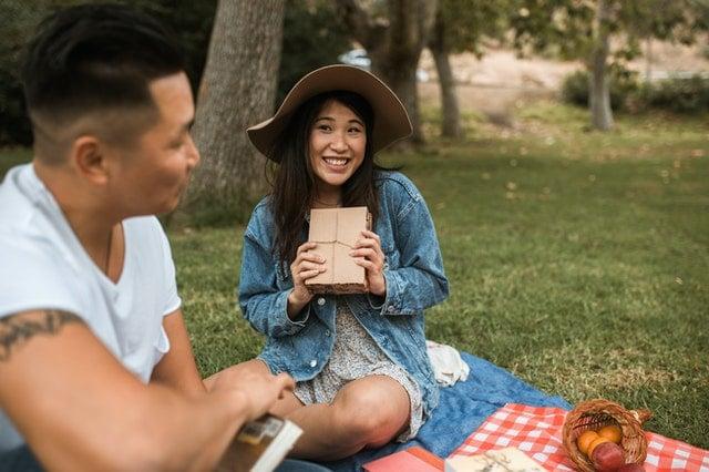 ピクニックデートを楽しむ男女