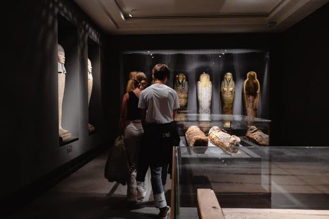 美術館デートを楽しむ男女